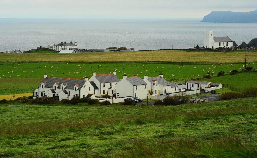 Il villaggio di BALLINTOY con la minuscola chiesetta bianca