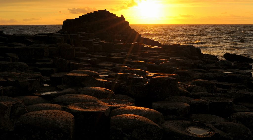 Una veduta al tramonto della GIANT'S CAUSEWAY, nell'Irlanda del Nord