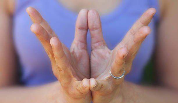 Le posizioni dei mudra? Una guida allo yoga delle mani