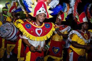"""Lo Junkanoo è il festival in costumi tradizionali dove si suona il """"ripsaw"""", accompagnato da percussioni, fisarmonica, armonica e maracas"""