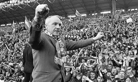 Bill-Shankly-salutes-the--001