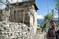 House showing cracks and deformations at Turgani.