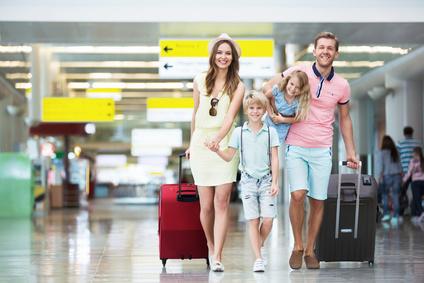 Rodzina na lotnisku przygotowuje się do pierwszego lotu