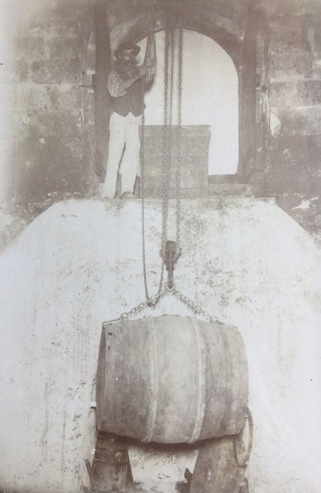 Fortuné Pélissier dans son chai à la Craux