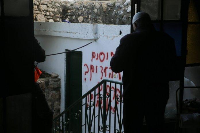 Insulti razziali sul muro di una moschea