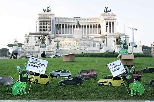 Centinaia di auto di cartone in piazza Venezia. Iniziativa di Te