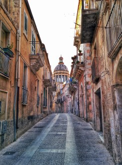 Via Capitano Bocchieri, Ragusa Ibla (dove si trova il ristorante Duomo; la cupola che si vede è della chiesa di San Giorgio)