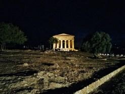 il tempio della Concordia illuminato di sera (Valle dei templi, Agrigento)