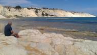 la spiaggia di Costa Bianca (lido Rossello) con la Scala dei Turchi in lontananza (vicino Porto Empedocle, AG)
