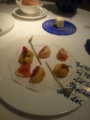 Snacks, burro di malga con pane alle noci, tuiles di Parmigiano Reggiano