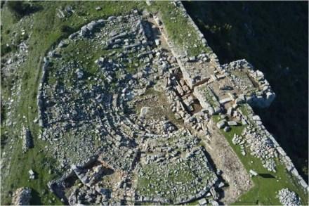 Αεροφωτογραφία του αρχαίου θεάτρου της Πλατιάνας, (πιθανόν της πόλης Αίπυ ή Τυπανέαι των ιστορικών πηγών) στην κορυφή βραχώδους λόφου
