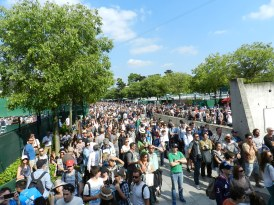 Crowd outside Suzanne Lenglen court