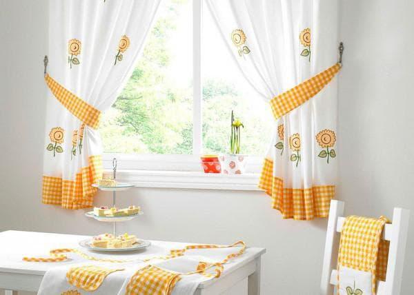 Di Tingkap Yang Bersentuhan Dengan Tulle Di Dapur Langsir Yang Elegan Untuk Dapur Kecil Pilih Pilihan Yang Bergaya Dan Praktikal Pemasangan Sink Di Hadapan Tingkap