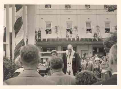 Mayor JJ Kelly with Queen – Wollongong Hotel in background