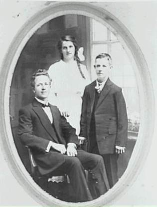 George, Mary Rueben (Rube Hargrave) and Neil Chamberlain c1917 - P04166