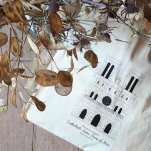 Pour 13 € : Le tote bag à l'effigie de la Cathédrale Notre-Dame de Paris (Les 10 premiers contributeurs bénéficient d'une réduction sur le prix d'achat du tote bag → 10€) Pour 40€ : Le tote bag à l'effigie de la Cathédrale Notre-Dame de Paris + Une illustration format A4 de la Cathédrale Notre-Dame de Paris Pour 45€ : Le tote bag à l'effigie de la Cathédrale Notre-Dame de Paris + Une illustration format A3 de la Cathédrale Notre-Dame de Paris Pour 65€ : Le tote bag à l'effigie de la Cathédrale Notre-Dame de Paris + Une illustration format A4 de la Cathédrale Notre-Dame de Paris + Une illustration format A3 de la Cathédrale Notre-Dame de Paris