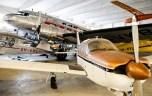 Nayttelyhalli 2 - etualalla Piper PA-28R-180