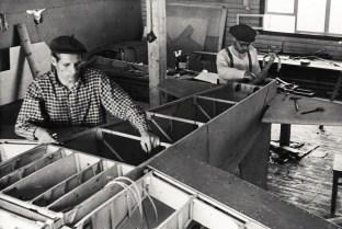 Heinonen HK-1 Keltiäinen rakenteilla. Kuva otettu Jämijärven teknillisessä rakennuksessa, mahdollisesti vuonna 1953. Vas. Pentti Huhtaniemi, Juhani Heinonen. Kuva: Erkki Heinonen / SIM