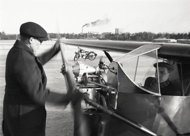 PIK-10 Paukkulaudan OH-PXA talvikäyttöä 1950-luvulla Helsingin edustalla, vas. Arvo Saarimäki, Pentti Alanne. Kuva: Kai Mellen / SIM