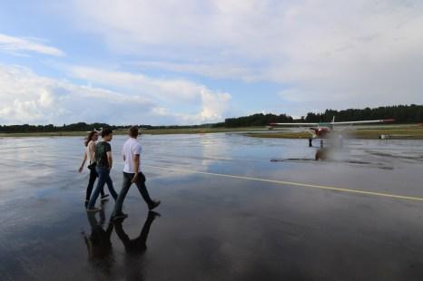 Sateisen iltapäivän johdosta kentälle oli kerääntynyt vettä ja matalissa kengissä koneelle kuivin jaloin pääseminen oli työlästä!