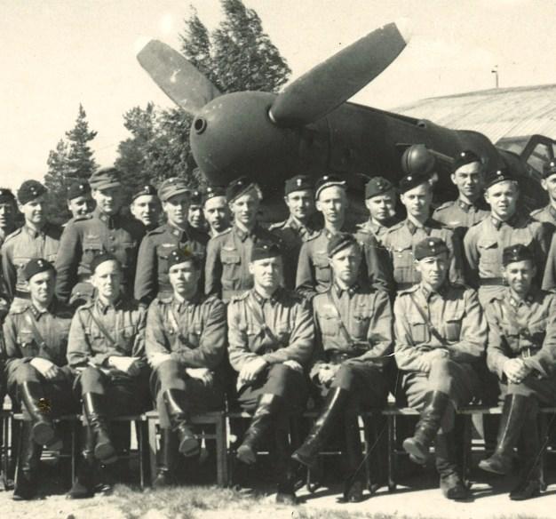 Lentorykmentti 3:n palveluksessa Utissa vuonna 1947 Börje Hielm tutustui Messerschmittiin lentäjän työvälineenä. Böke keskirivissä potkurin navan kohdalla.