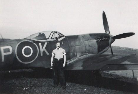 ..Ja tässä poseeraamassa Supermarine Spitfiren kanssa.