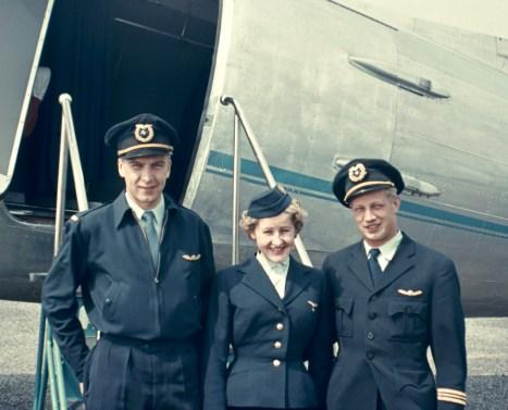 Börje Hielmin ensilento DC-3:n kapteenina 23.6.1953. Kuvassa Seutulassa vas. perämies Roope Huovio, emäntä Helinä Hietamäki ja Börje Hielm. Taustalla DC-3.