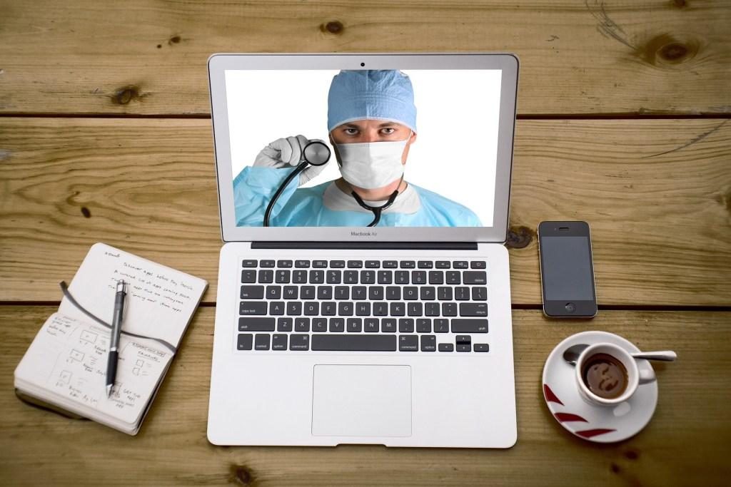 Immagine di operatore sanitario su un PC