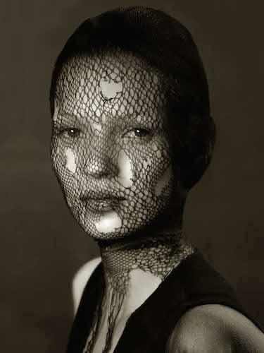 Albert Watson, Kate Moss, Velo, Marocco, 1993 © Albert WATSON Courtesy ONO arte contemporanea