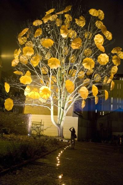 ombrelli colorati a londra su albero