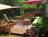 outdoor-pallet-furniture-ideas-upcycled-wooden-sofa-diy-vertical-pallet-garden-green-cushion