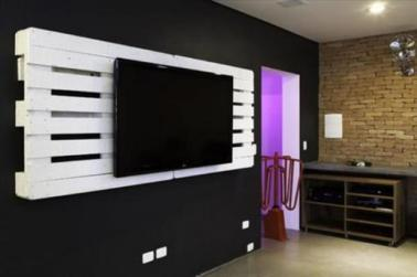 use-old-pallets-to-hang-your-tv