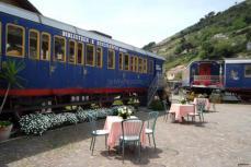 treni-nel-giardino-del-ristorante