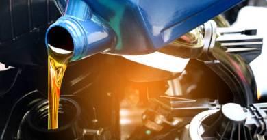 Pengisian oli pada kendaraan - ilmuteknik.id
