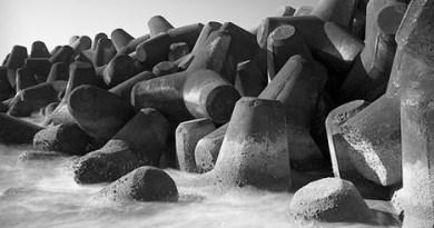 ilmuteknik.id - Penggunaan tetrapod pada pinggir pantai