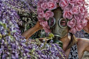Un pessimista è uno che, quando sente profumo di fiori, si guarda in giro per vedere dov'è la bara. HL Mencken