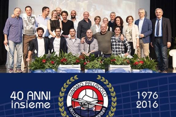 Gli attuali venti allenatori insieme a Riccardo Pozzi, a destra, allora nel 1976 unico allenatore ed oggi presidente di questa bella realtà