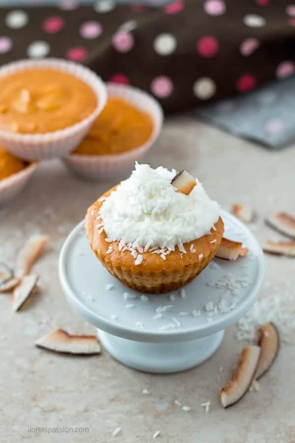Pumpkin cheesecake bites with cinnamon and nutmeg topped with whipped cream and coconut by ilonaspassion.com I @ilonaspassion