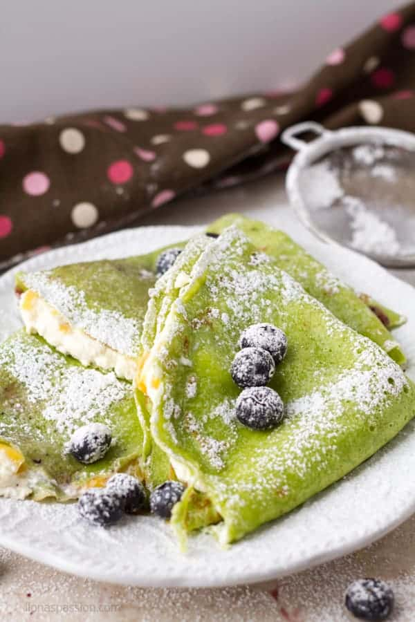 Cheese french crepes with fresh mango, farmer's cheese and spinach by ilonaspassion.com I @ilonaspassion