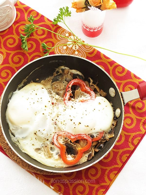 Red Pepper Poached Eggs - Quick, easy and healthy one-pot red pepper poached eggs with mushrooms. These eggs are so delicious, healthy and a must to make for vegetarian breakfast! by ilonaspassion.com I @ilonaspassion