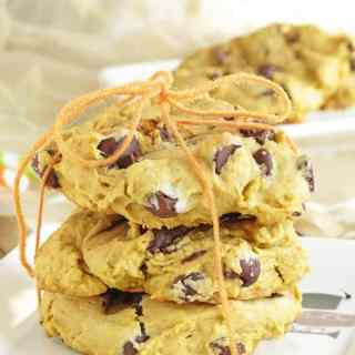 Soft Chocolate Chip Pumpkin Cookies - moist and soft pumpkin cookies packed with chocolate chips. Perfect pumpkin recipe for Fall! by ilonaspassion.com I @ilonaspassion