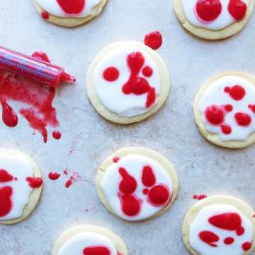 Bloody Halloween Cookies with Natural food coloring! by ilonaspassion.com #bloodycookies #halloweencookies #cookies