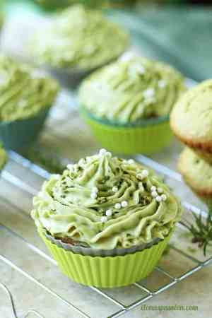 Matcha cupcakes with green tea cream cheese frosting recipe are perfect for Christmas or any party. Matcha cupcakes are fluffy, sweet and delicious! by ilonaspassion.com I @ilonaspassion
