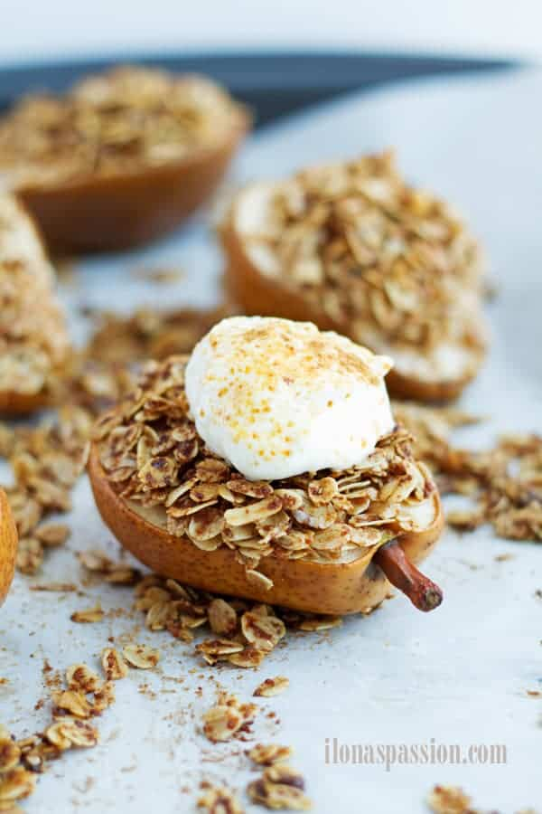 Coconut Sugar Cinnamon Baked Pears Dessert - Healthy cinnamon crunch baked pears dessert with coconut sugar and oats. Served with yogurt. Perfect for a dinner with friends or as a healthy dessert by ilonaspassion.com I @ilonaspassion