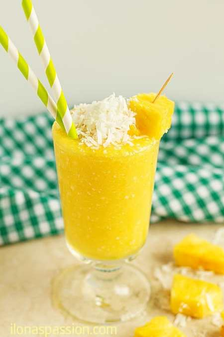 Pina Colada Smoothie - 3 Ingredient nonalcoholic pina colada smoothie recipe with coconut water and pineapple. Easy to make and very delicious smoothie perfect for summer parties! by ilonaspassion.com I @ilonaspassion
