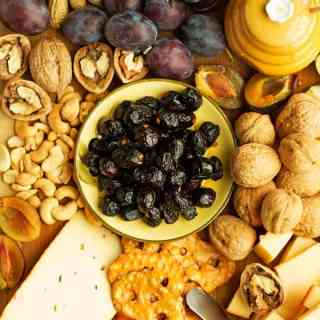 Fall fruit and cheese platter to impress your guests at the party. Great selection of appetizers for everyone including gouda cheese, cashews, peanuts, walnuts and fruits like apples or pears by ilonaspassion.com I @ilonaspassion