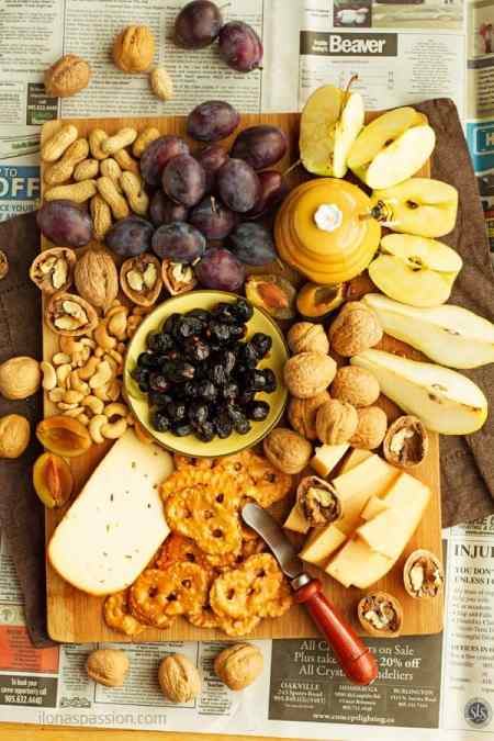 Fall fruit and cheese platter to impress your guests! Great selection of appetizers for everyone including cheese, nuts and fruits like apples or pears. by ilonaspassion.com I @ilonaspassion