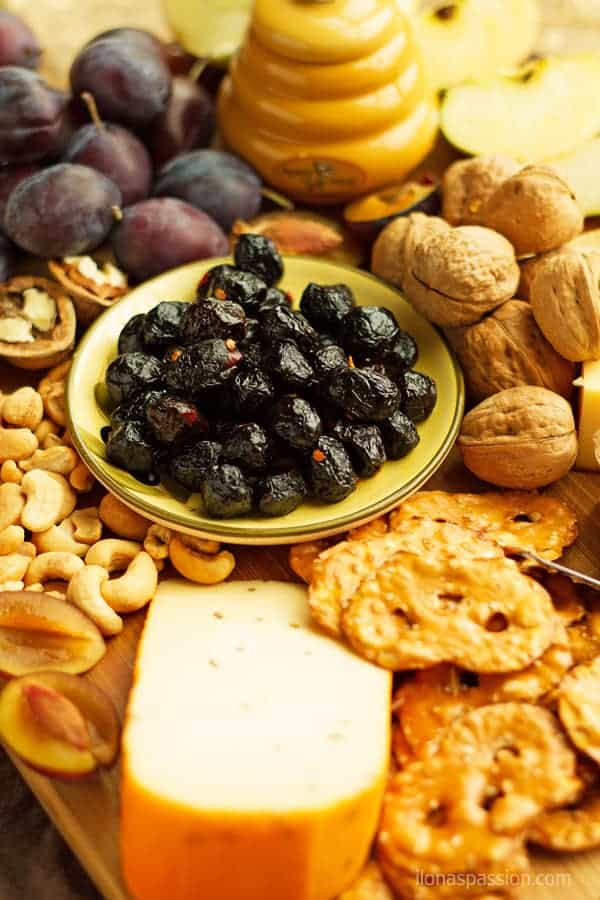 How to make a cheese platter for fall with olives, seasonal fruits and cashews, peanuts by ilonaspassion.com I @ilonaspassion