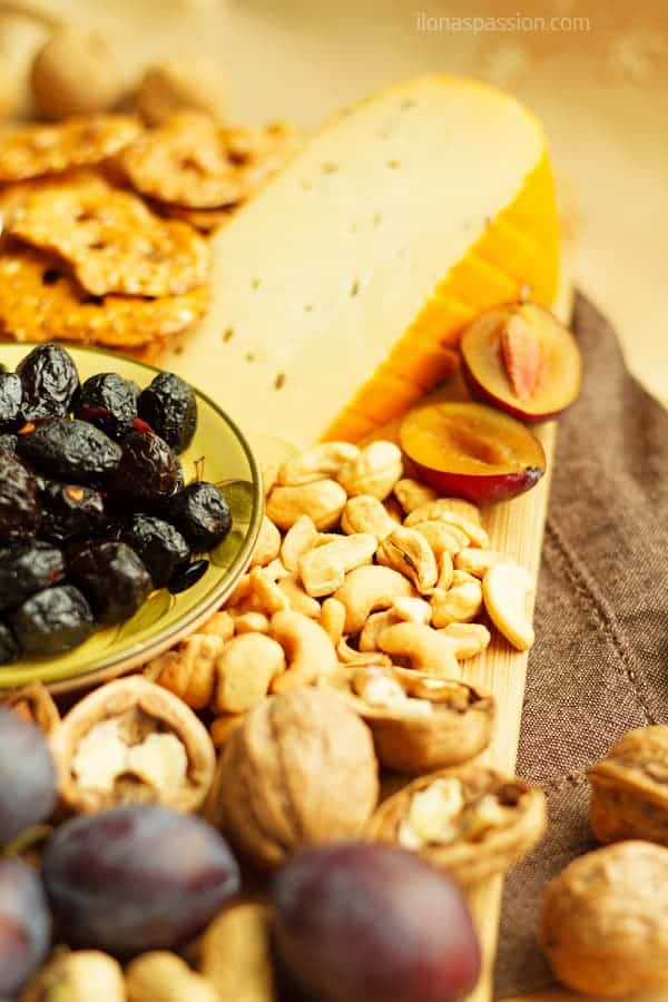 How to put together a cheese platter with pretzels, plums, olives and nuts by ilonaspassion.com I @ilonaspassion