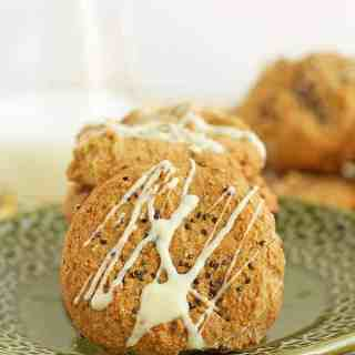 Crunchy grain free tahini cookies sprinkled with chia seeds and drizzled with white chocolate. Gluten free tahini cookies are great for back to school. by ilonaspassion.com I @ilonaspassion